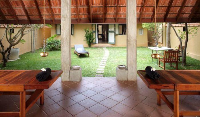 スリランカ、アーユルヴェーダホテルの中庭と施術ベッド