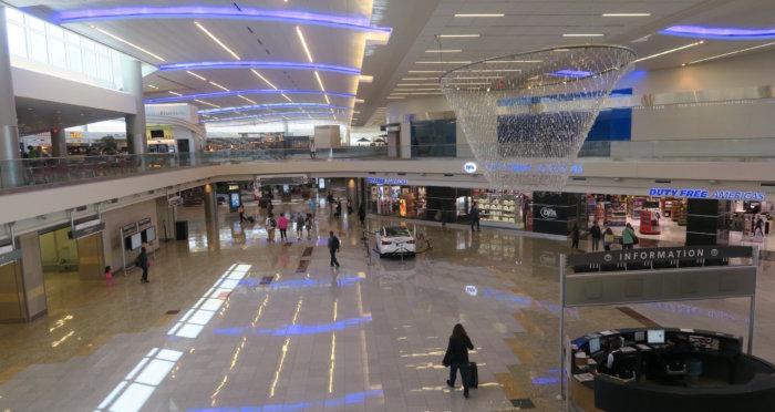 アトランタ空港コンコースFの様子の画像