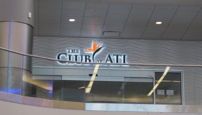 アトランタ空港のラウンジ入り口の画像