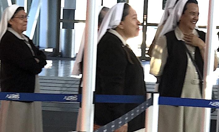 サンホセ空港で見送りをするシスターたち