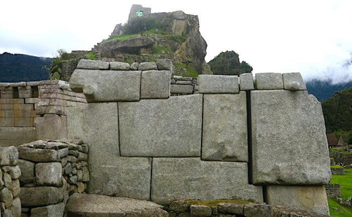 マチュピチュ遺跡の主神殿脇