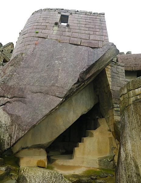 マチュピチュ遺跡の太陽の神殿を下から仰ぐ