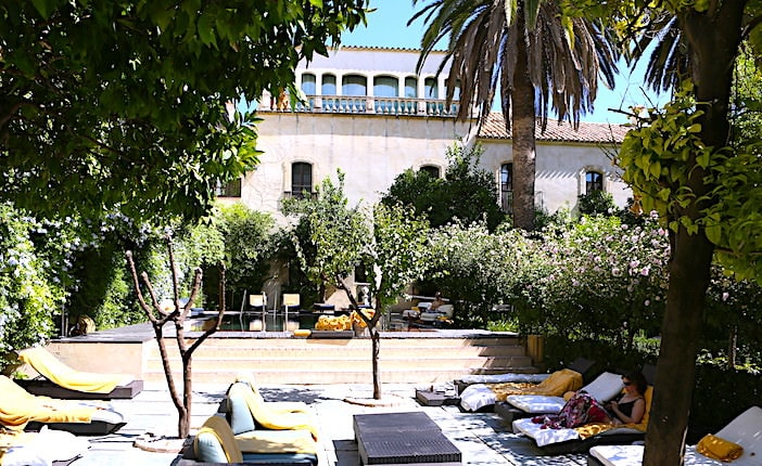 ホテルの中庭画像