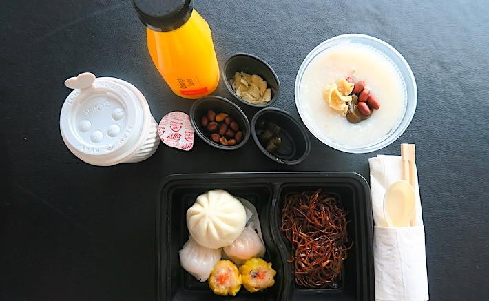 朝食のルームサービスの画像