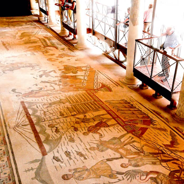 カザーレ荘のモザイク見学風景の画像