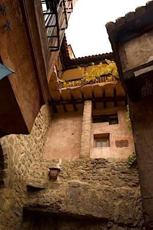 上層に積み上げられた家の画像