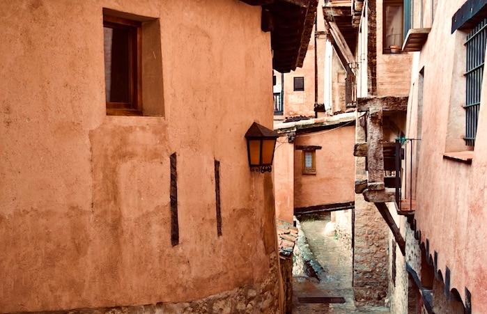 家と家をつないでいる部屋の画像