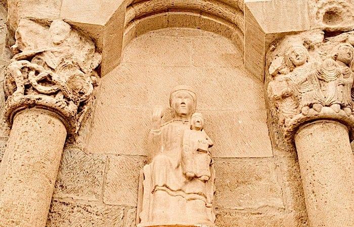聖母子の彫刻の画像