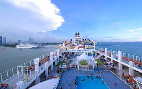 シンガポール出港直後のゲンティン ドリーム号の画像