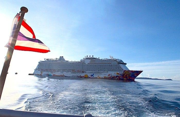プーケットに向かうボートから見たクルーズ船画像