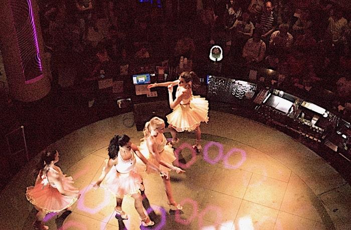 吹き抜けの上から眺めたショーの様子の画像