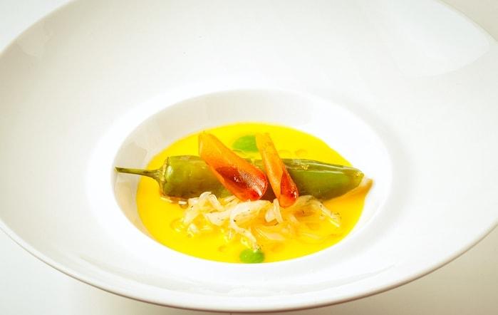 オレンジのスープの前菜画像