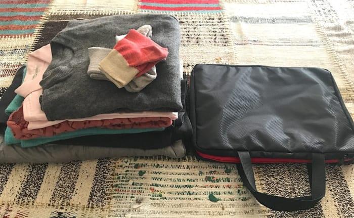2博3日分の服と圧縮バッグの画像