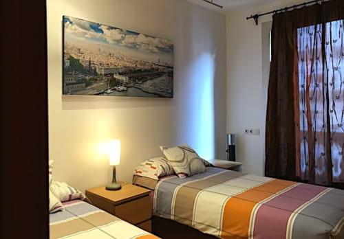 ツインベッドの寝室の画像