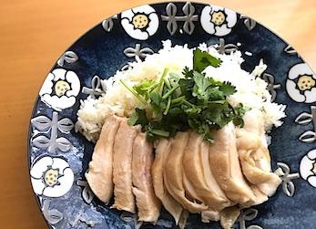 海南鶏飯食堂のチキンライスを盛りつけた画像